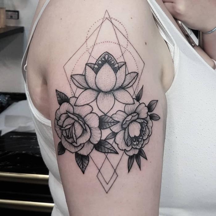 symbol für neuanfang, lotusblume am oberarm, rosen, geometrische motive, kreise und dreiecke