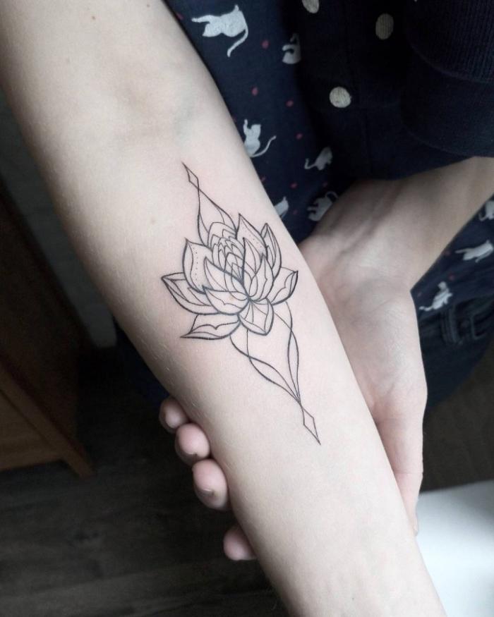 blackwork tätowierung am arm, symbole und ihre bedeutung, lotus mit geometrischen motiven