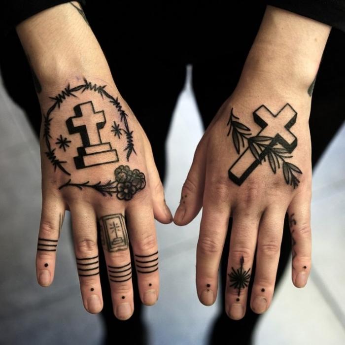 frau mit vielen kleinen tätowierungen an den händen, tattoo kreuz, blumen, bänder, geometrische elemente