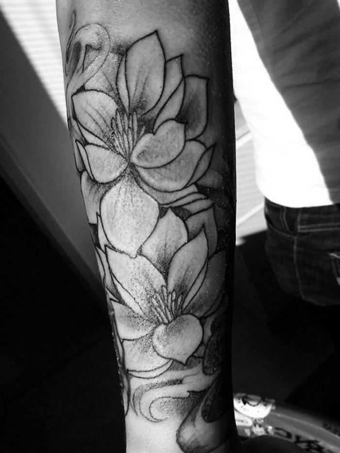 tattoo lotusblüte, die bestne designs, tätowierung mit blumen motiv am unterarm, lotusblumen