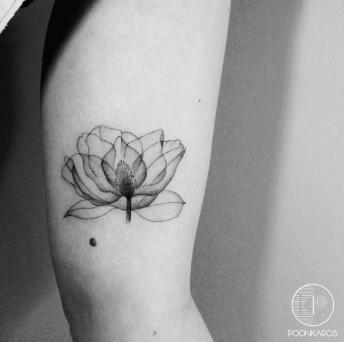 tattoo lotusblüte am oberarm, kleine tätowierung mit blumen motiv, tattoos mit bedeutung ideen