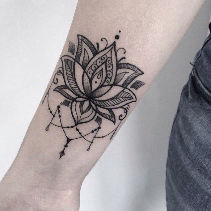 tattoos für frauen, tattoo lotusblüte, mandala motive, tätowierung für frauen, lotus am unterarm
