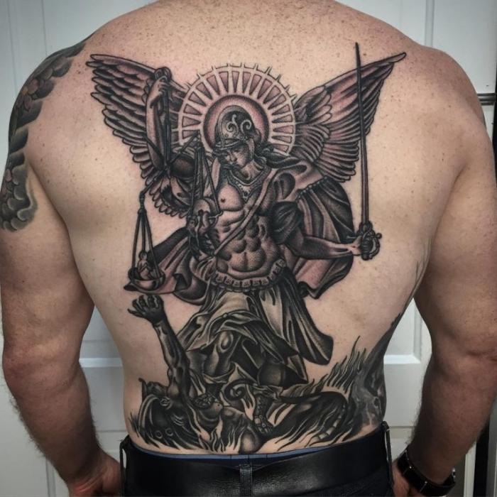 tattoo männer rücken, mann mit großer tätowierung in schwarz und grau, engel mit schwert, schutzengel, gut und böse