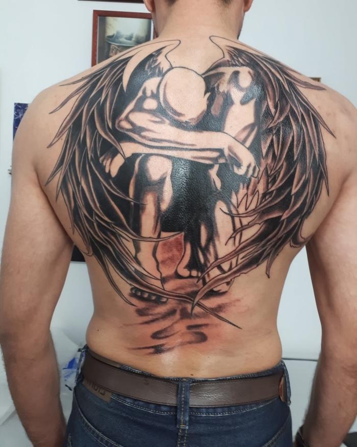 mann mit großer tätowierung, tattoo ideen, tattoo mönner rücken, gefallener engel, tattoo foto