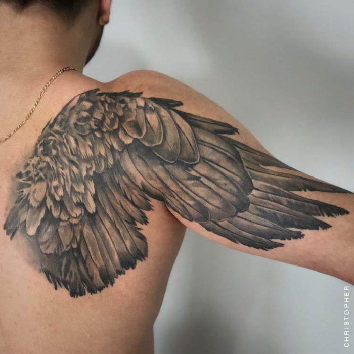 tattoo männer rücken, 3d tätowierung in schwarz und grau, flügel am rücken und oberarm, engelsflügel