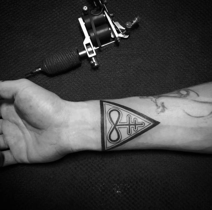 tattoo symbole ideen, dreieck in kombiantion mit unendlichkeitszeichne und zwei kreuzen, geometrische motive