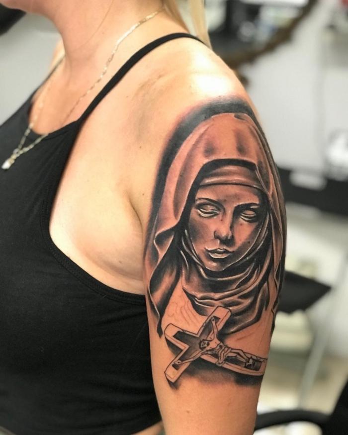 tattoos mit bedeutung für frauen, mutter jesu, jesus christi, 3d tätowierung in schwarz und grau, oberarm