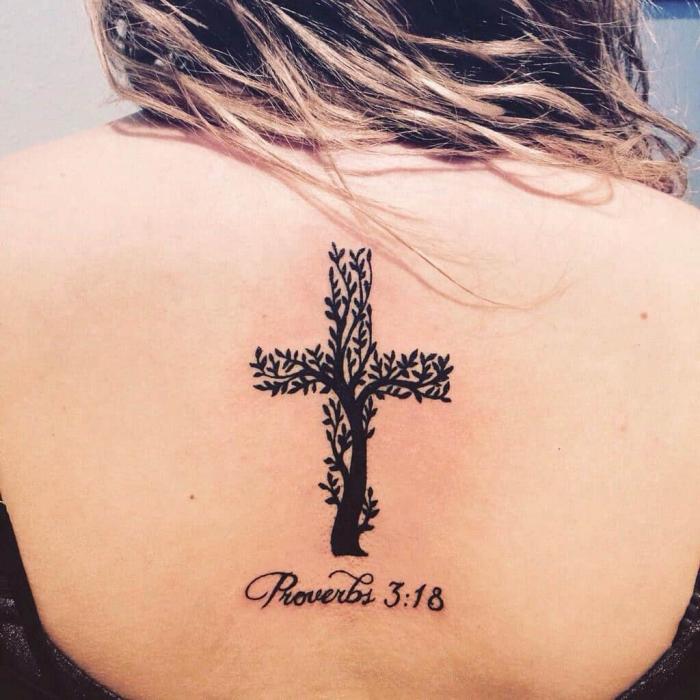 tattoos mit beduetung für frauen, beum ind er form von kreuz, realigiöse tätowierung am rücken
