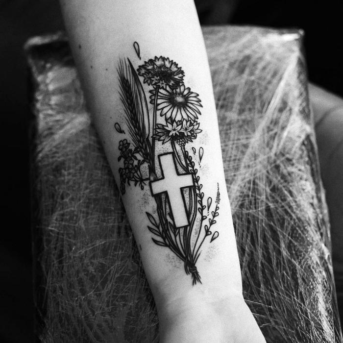 tattoos mit bedeutung für frauen, blackwork tätowierung am unterarm kreuz in kombination mit blumen