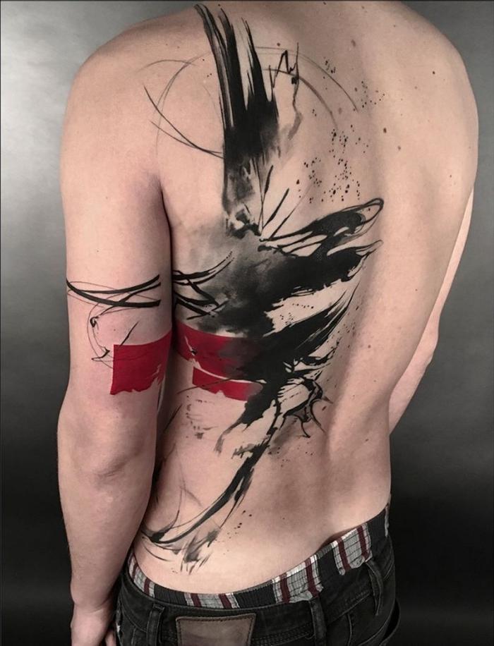 tattoos mit bedeutung für männer, große tätowierung in schwazr und rot am rocken, blakcwork