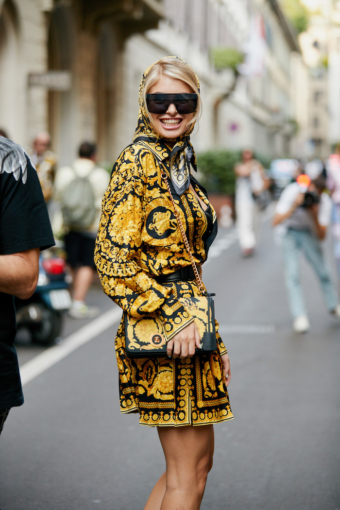 Sommermode 2019, Minikleid in Gelb und Schwarz mit langen Ärmeln, Tasche und Kopftuch mit gleichem Muster