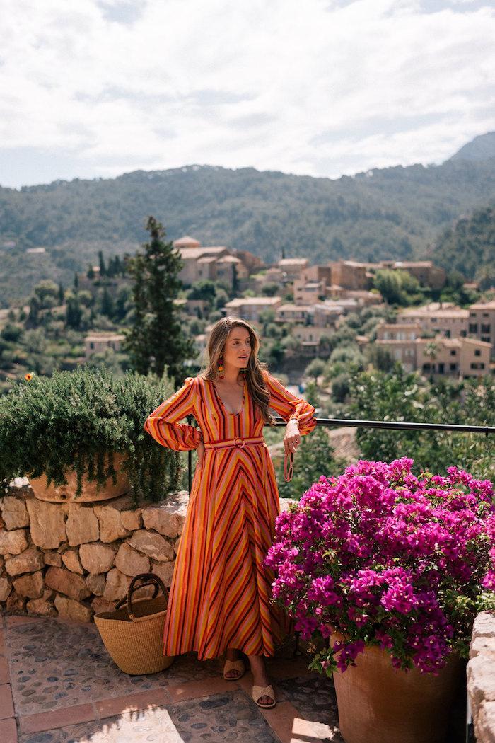 Langes Sommerkleid in Orange, mit langen Ärmeln, mit Gürtel an der Taille, Sommermode für Schwangere