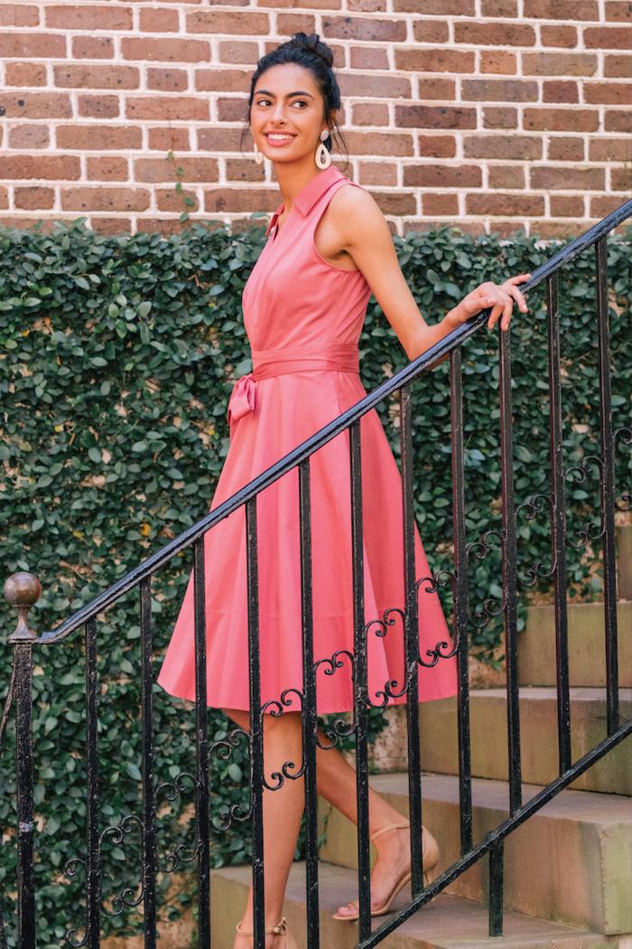 Elegantes Sommerkleid in Rouge, mit Kragen und Schleife an der Taille, Pumps in Beige