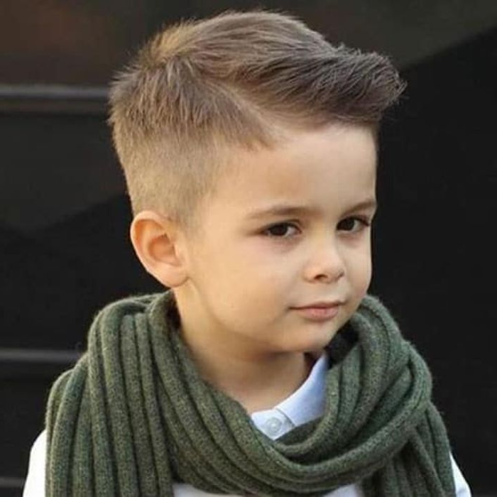 jungs frisuren 2019, ein junge trägt schal am hals und hat cooles trendy frisur look