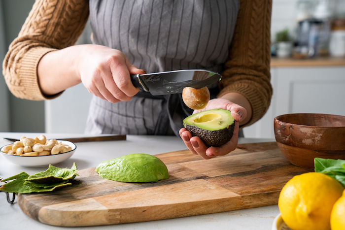 Rezept für Basilikum Pesto, Avocadokern mit Messer entfernen