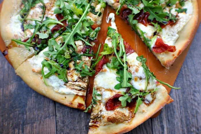 vegetarischer flammkuchen mit mozzarela, rukola und getrockneten cherry tomaten, pizza rezept