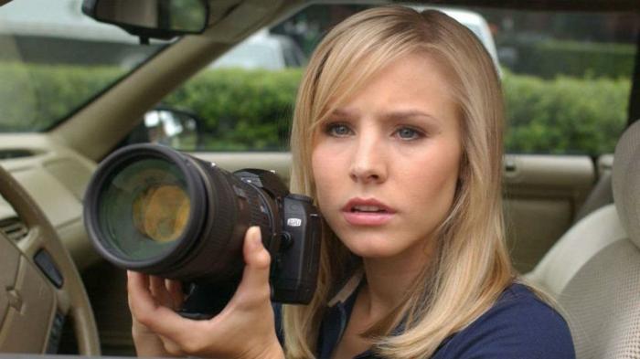 Veronica Mars, mit einem Fotoaparat in einem Auto, blonde junge Dame mit blauen Augen