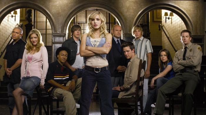 ein Foto mit allen Helden aus den ersten Staffeln von Veronica Mars, sitzend