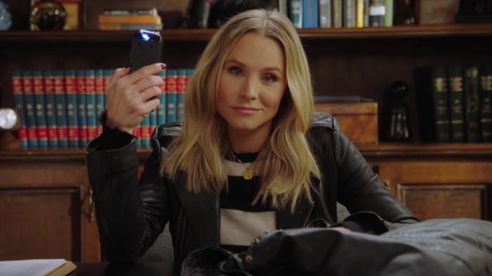 blonde Heldin trägt ein Selbstverteidigunggerät, Veronica Mars ist wieder hier