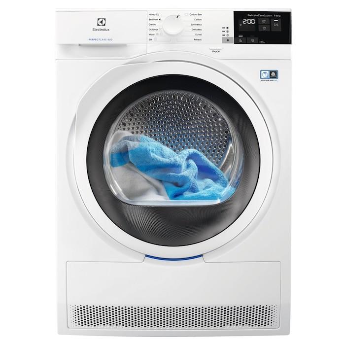 Wärmepumpentrockner mit einer blauen wäsche