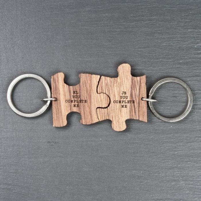 weihanchtsgeschenk für männer, puzzleteile mit gravur, schlüsselanhänger in holzoptik, you complete me