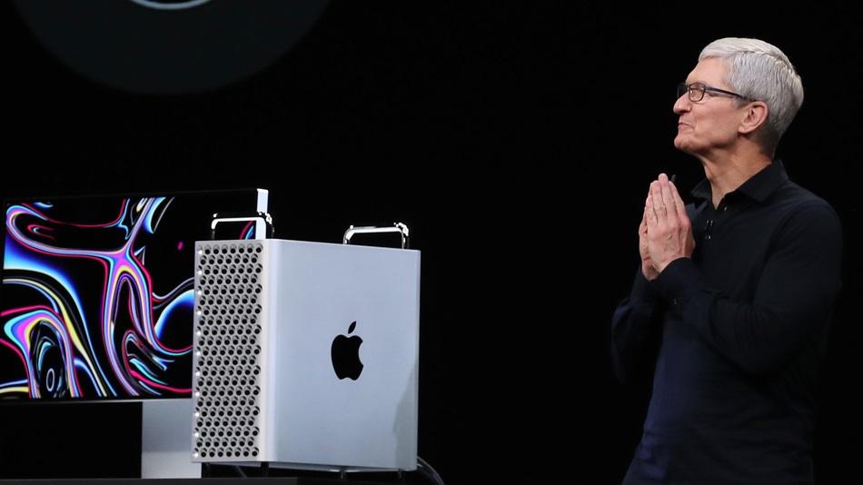Tim Cook neben dem neuen Mac Pro bei WWDC Konferenz, eine große Packung mit einem Logo