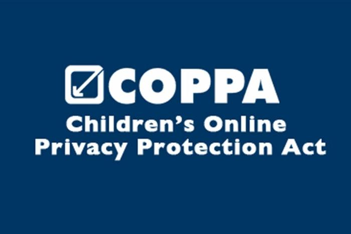 ein Logo von Coppa, weiße Buchstaben auf blauem Hintergrund, YouTube Kids