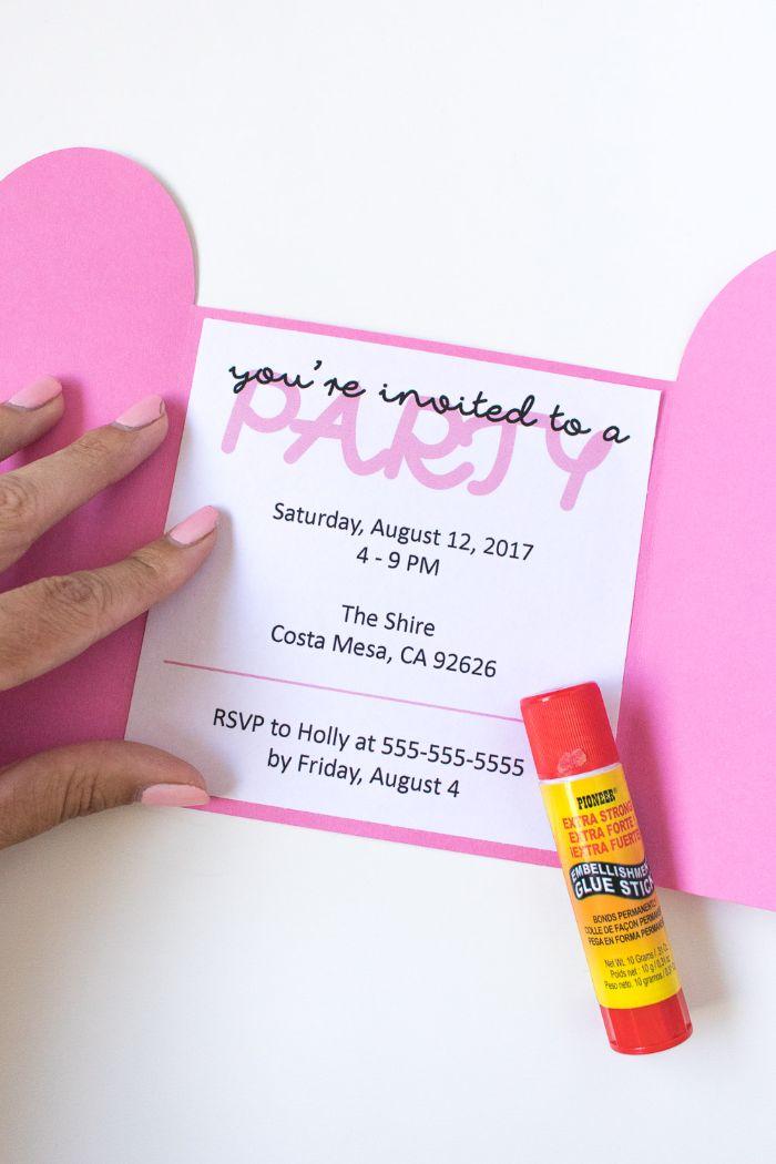 einladungskarten geburtstag, karten aufkleben und abschicken, rosa papier, deko karte