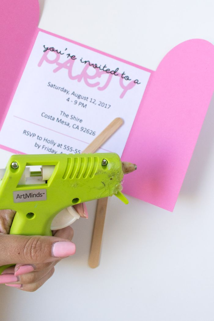 einladungskarten geburtstag, heißklebepistole grün, rosarote partykarte idee