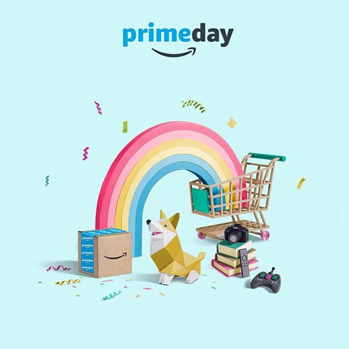 viele Waren, die während Amazon Prime Day zu kaufen sind, das Logo von Amazon Prime Day