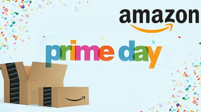 Boxes, eine Aufschrift Amazon Prime Day mit bunten Buchstaben, das Logo von Amazon