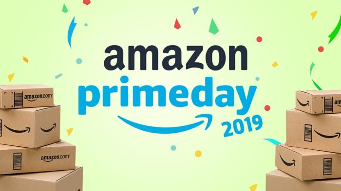 ein Aufschrift von Amazon zum Prime Day im Jahr 2019, viele Boxes mit der Aufschrift Amazon