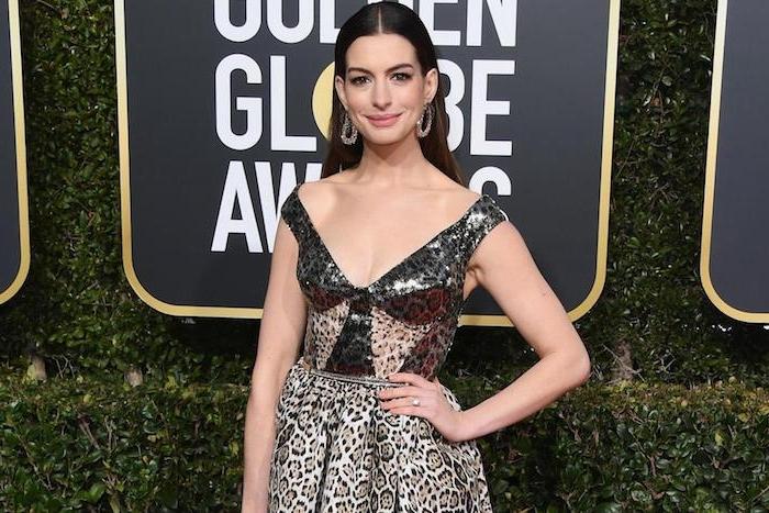Anne Hathaway in elegantem Abendkleid mit Leopardenprint, offene Haare mit Mittelscheitel