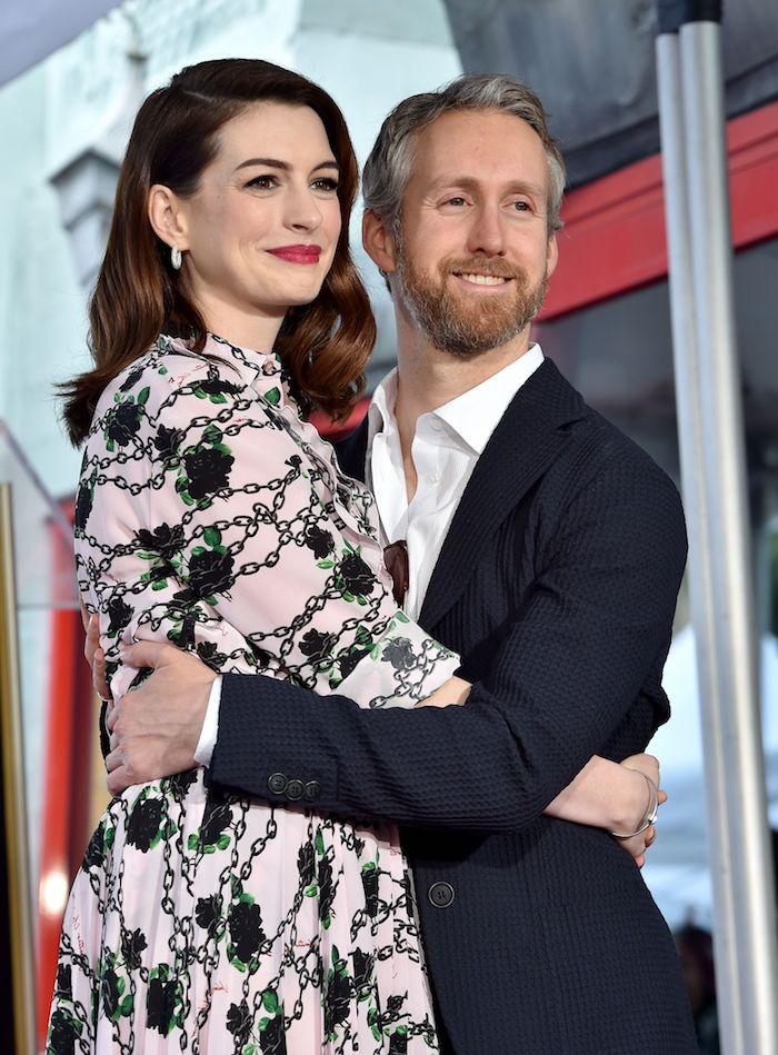 Anne Hathaway mit ihrem Ehemann Adam Shulman