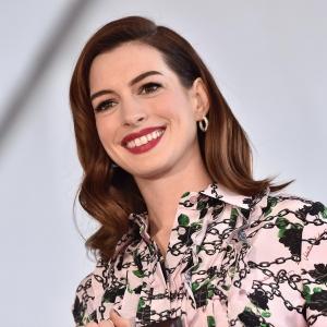 Anne Hathaway ist wieder schwanger: Die Schauspielerin zeigt sich mit Babybauch