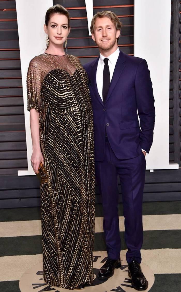 Anne Hathaway in elegantem schwarzem Kleid mit goldenen Pailletten, Adam Shulman in dunkelblauem Anzug