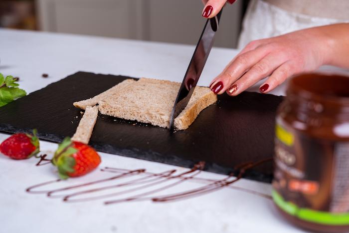 French Up Roll-Up Rezept, die Ränder von allen Toastscheiben abschneiden