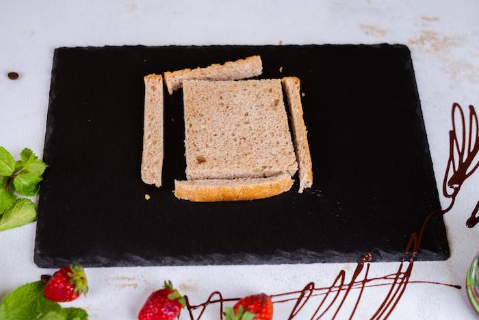 Die Ränder von allen Toastscheiben abscheiden, mit einem Nudelholz plattwalzen, French Toast Rezept