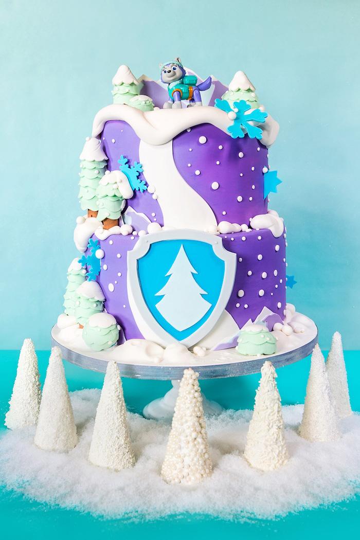 Ausgefallene Torte für Kindergeburtstag, zweistöckige Fondant Torte mit Schneeflocken und Kiefern