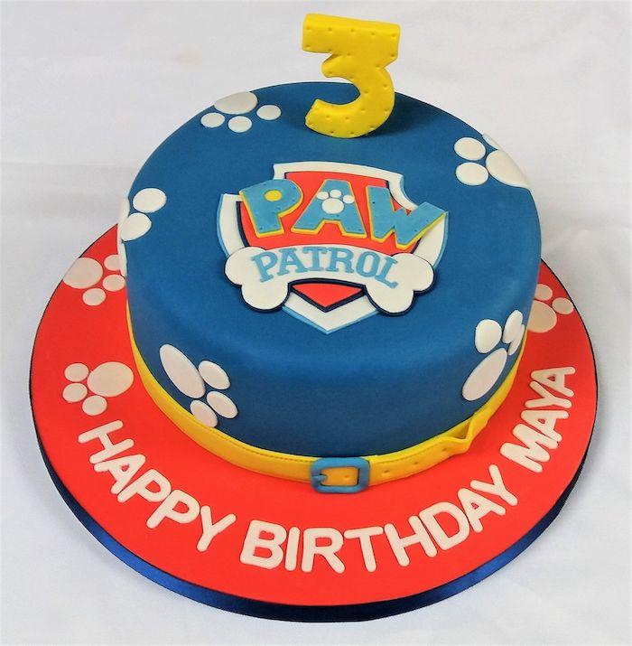 Paw Patrol Geburtstagstorte für Junge, blaue Fondant Torte mit Paw Patrol Logo und weißen Pfoten