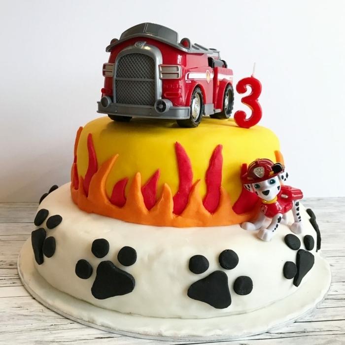 Paw Patrol Torte für Kindergeburtstag, mit Feuerwehrauto und Marshall Tortenfiguren, Pfoten und Flammen aus Fondant