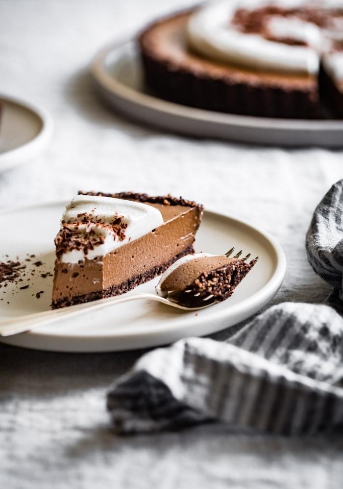 ausgefallene torten rezepte, dessert mit schokolade, schokokuchen zubereiten, tarte garniert mit vanillesahne
