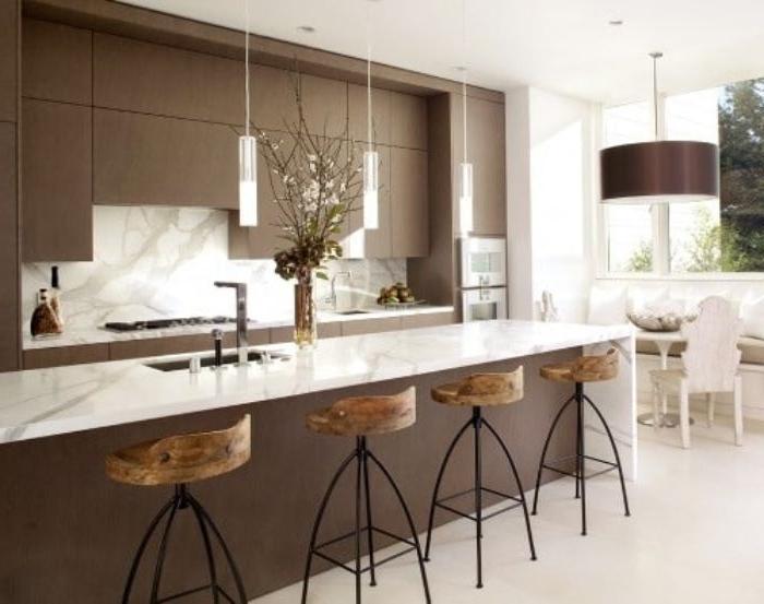 minimalistisch leben, braun und weiß küche, marmor plott, lampen hängende lampe