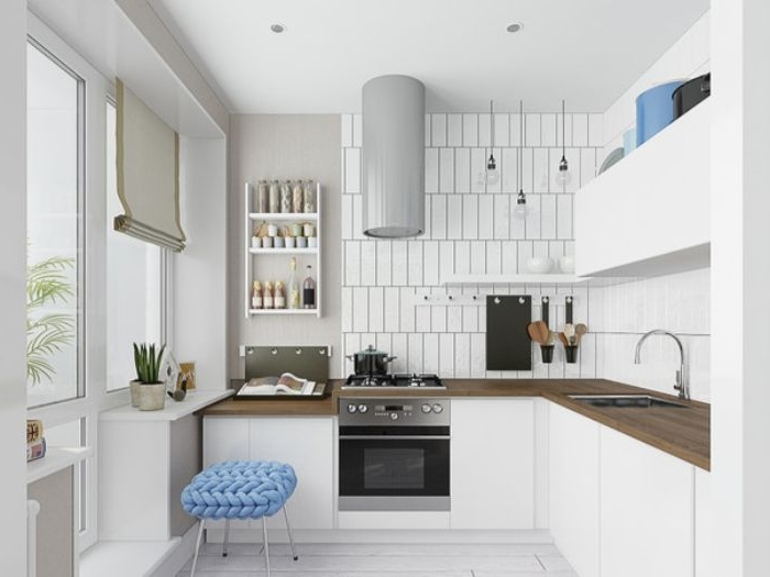 minimalistisch leben, weiße küche mit fliesen, hocker mit blauer decke, simple designideen