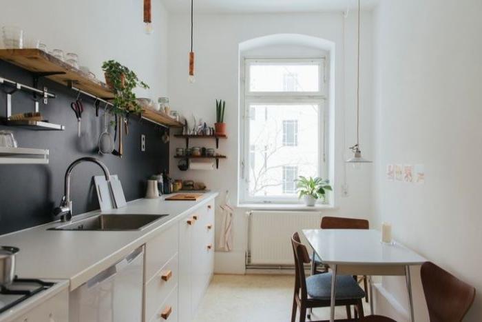 minimalistisch leben, eine ganz normale küche, design idee für den alltag, hochgestelltes regal