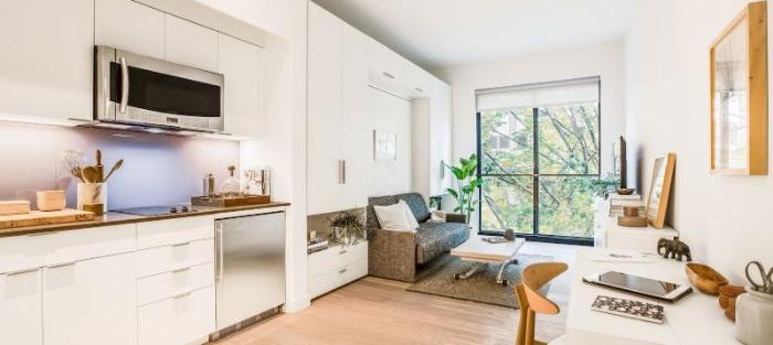 minimalistisch leben, heller raum einzimmerwohnung weiße und beige dekorationen, großes fenster