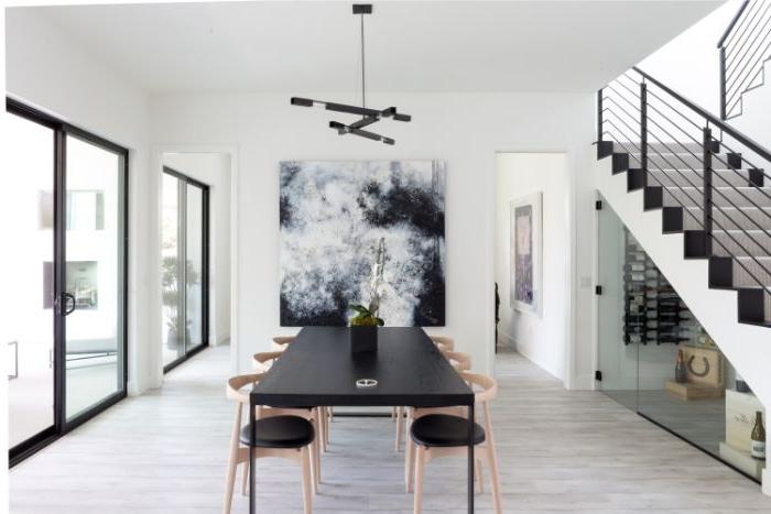 minimalistisch leben, schwarzer tisch, hellgraue wände, treppe weiß und schwarz