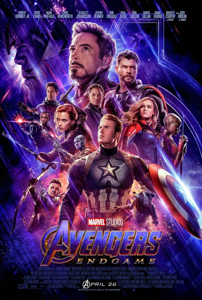 ein Poster von dem Film: Avengers: Endgame mit allen Hauptfiguren, die in den Fernen sehen