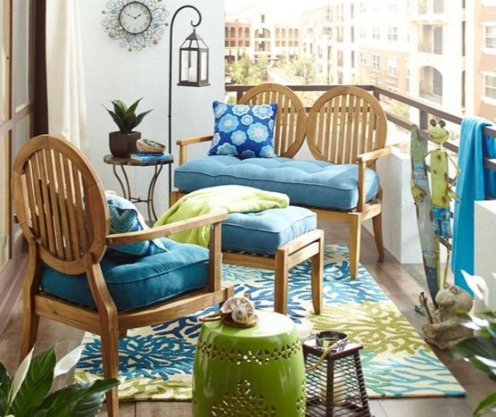balkon dekorieren in grün und blau, deko ideen, ein teppich auf dem balkon