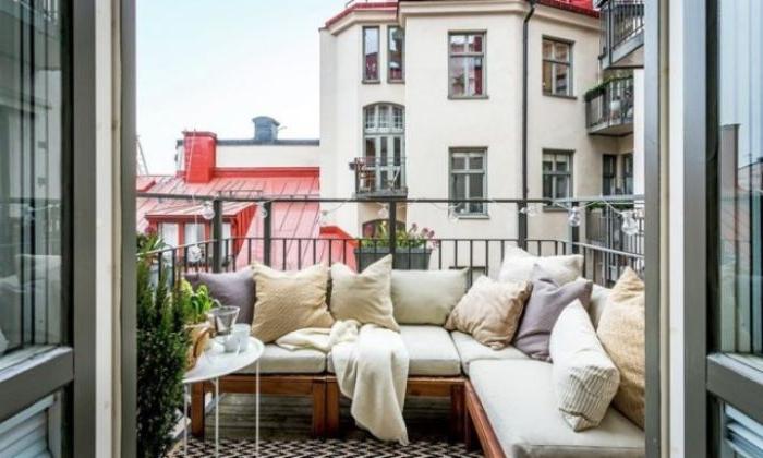 balkon dekorieren und verzieren, deko ideen zum inspirieren, bank als sofa gestalten mit kissen und schöner aussicht